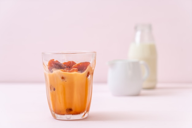 Thailändischer teeeiswürfel mit milch
