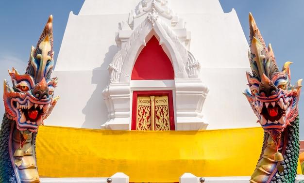 Thailändischer tempel mit drachestatuen