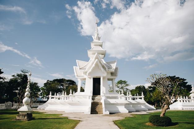 Thailändischer tempel nannte weißen tempel im norden von thailand, in einer stadt, die changrai genannt wurde