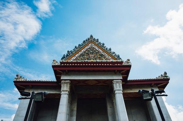 Thailändischer tempel und blauer himmel