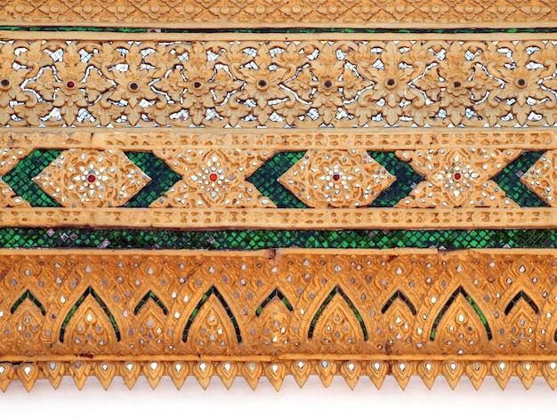 Thailändischer tempel, wand-thailändisches und thailändisches muster-design auf wand, traditionelle verzierungs-farbe auf tempelwand