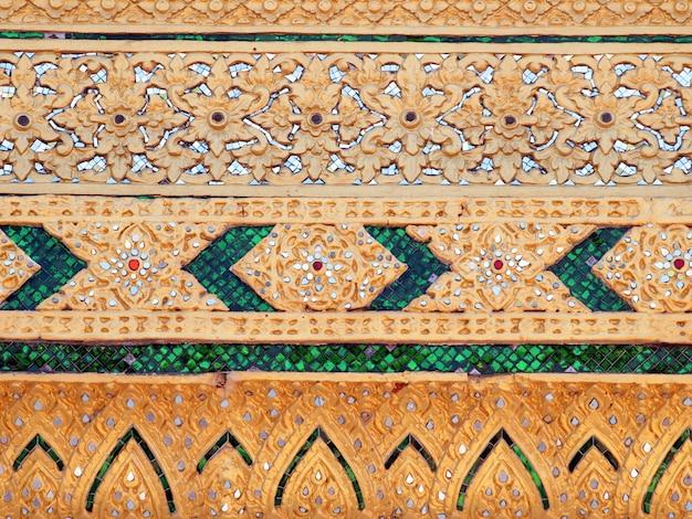 Thailändischer tempel, wand-thailändisches und thailändisches muster-design auf wand