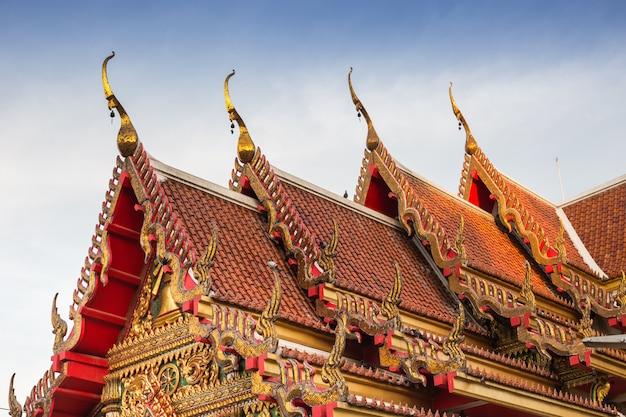 Thailändischer tempel (wat soithong) pagodendach und -kapelle gotische kunst und design.