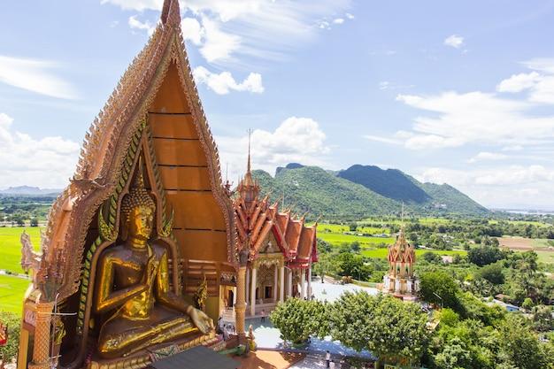 Thailändischer tempel wat thum sua in kanjanaburi, thailand