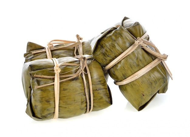 Thailändischer traditioneller nachtisch des klebrigen reises in der bananenblattverpackung.