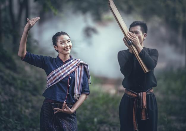 Thailändischer traditioneller tanz nach dem rhythmus der musik mit traditioneller nordöstlicher mundharmonika