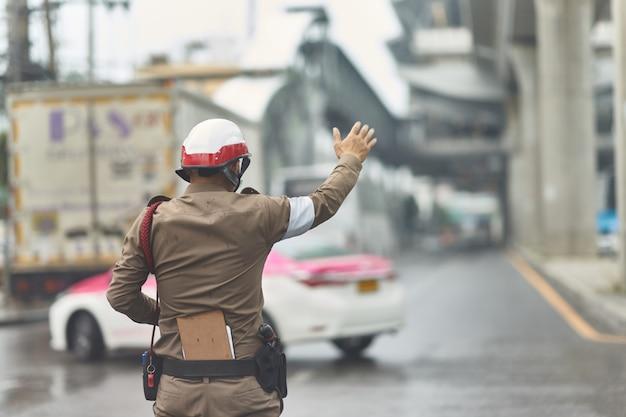 Thailändischer verkehrspolizist in der arbeitsaktion