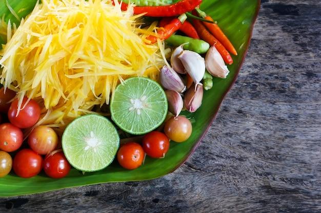 Thailändischer würziger nahrungsmittelpapayasalat oder som tum-bestandteil