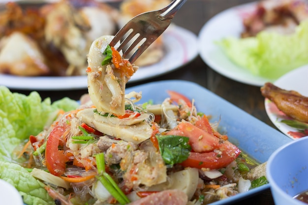 Thailändischer würziger salat, yum moo yor