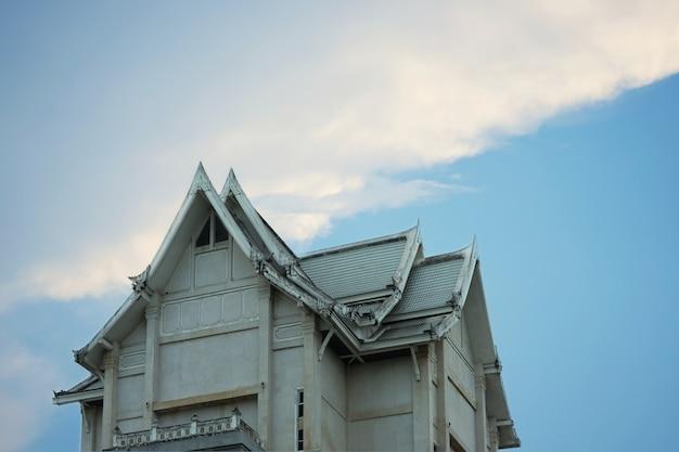 Thailändisches angeredetes gebäude oder architektur der alten weinlese auf hintergrund des blauen himmels