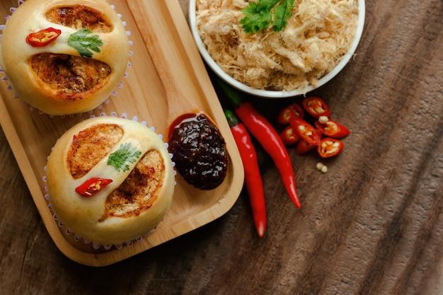 Thailändisches artbrot oder -brötchen mit getrocknetem zerrissenem schweinefleisch oder schweinefleischseide und garnele brieten paprikapaste.