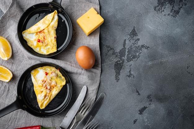 Thailändisches asiatisches omelett, frisches rotes chili, braunes und weißes krabbenfleisch, zitrone, cheddar-käse und eier auf bratpfanne