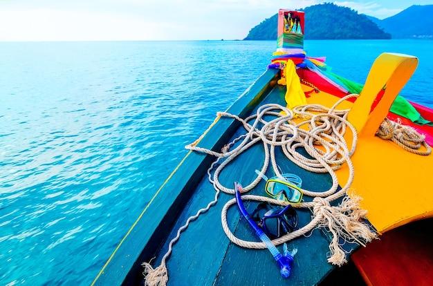 Thailändisches ausflugsboot auf einer seereise, maske und schutzbrille zum schnorcheln am heck