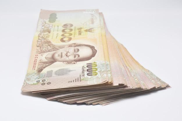 Thailändisches bad banknote thailändisches geld auf weißer oberfläche