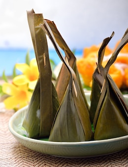 Thailändisches dessert, bananenblattverpackung