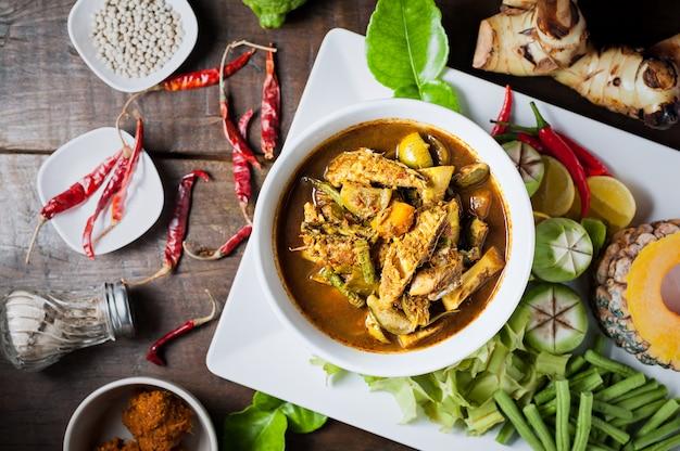 Thailändisches essen: die eingeweide von makrelen-fischbauch scharf scharf curry oder fisch-organen saure suppe.