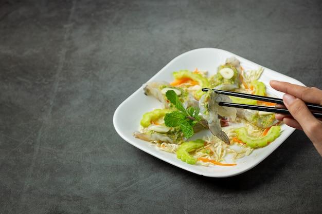 Thailändisches essen, garnelen in würziger fischsauce