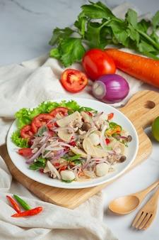 Thailändisches essen, gemischter würziger schweinewurstsalat mit fadennudeln