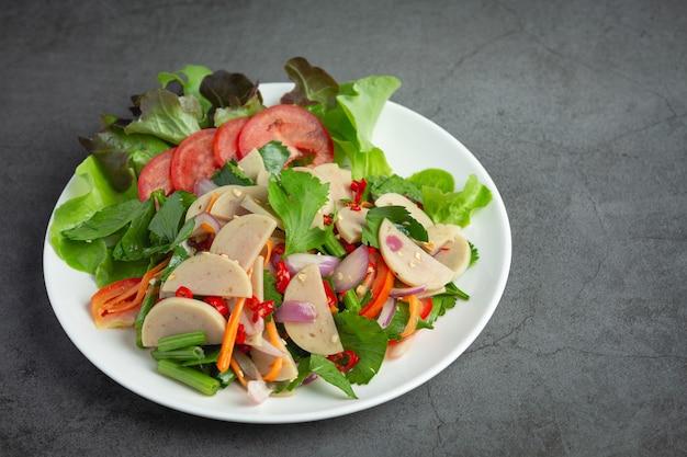 Thailändisches essen, gemischter würziger weißer schweinswurstsalat oder yum moo yor