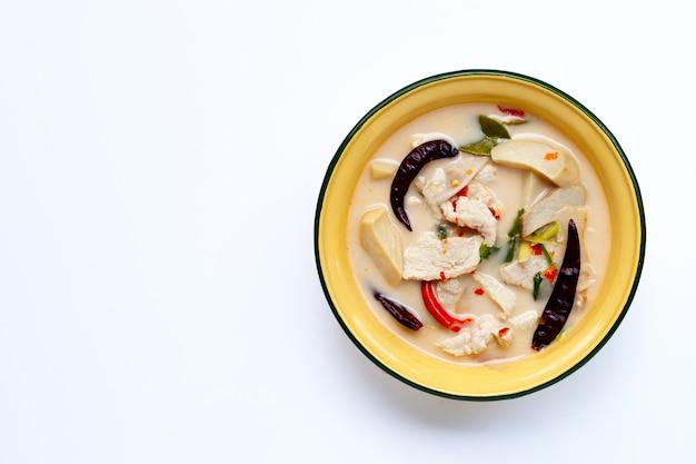 Thailändisches essen, kokosmilchsuppe mit huhn auf weißem hintergrund.
