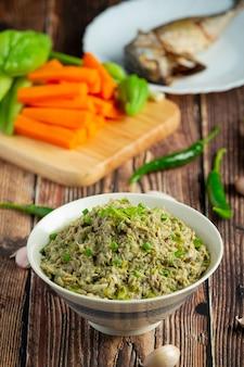 Thailändisches essen, makrelen-chili-paste, serviert mit gebratenen makrelen