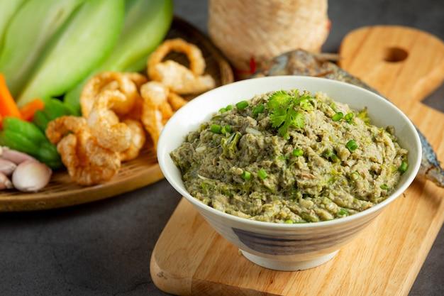 Thailändisches essen, makrelen-chili-paste, serviert mit gebratener makrele und klebreis