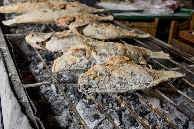Thailändisches essen, salz-verkrustete gegrillte fische