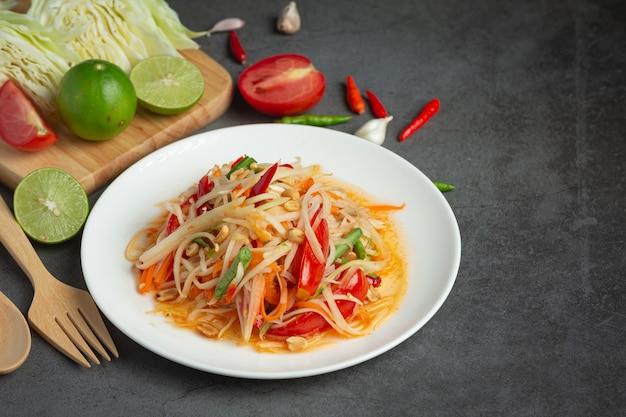 Thailändisches essen, som tum oder papayasalat