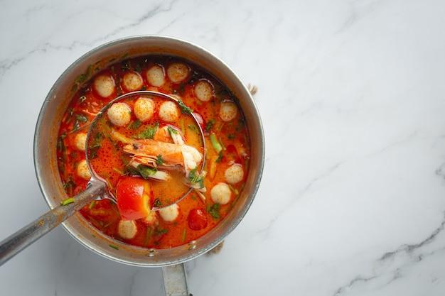 Thailändisches essen, tom yum meeresfrüchte oder würzige meeresfrüchtesuppe