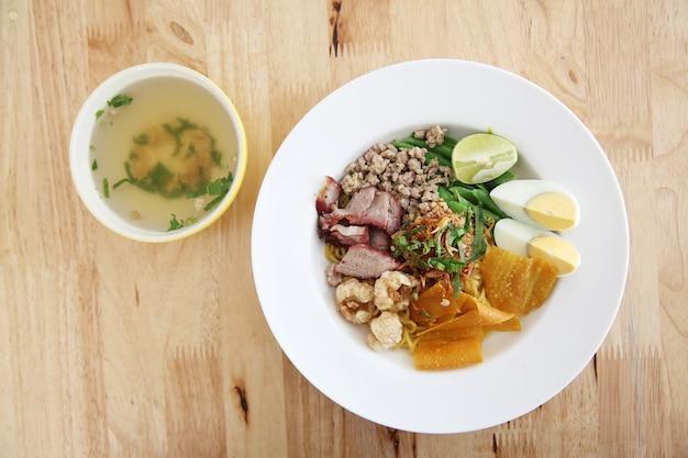 Thailändisches essen tom yum nudel im thailändischen stil