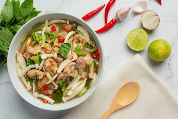 Thailändisches essen, würzige hühnersehnensuppe
