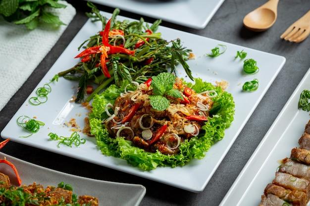 Thailändisches essen würziger frischer austernsalat