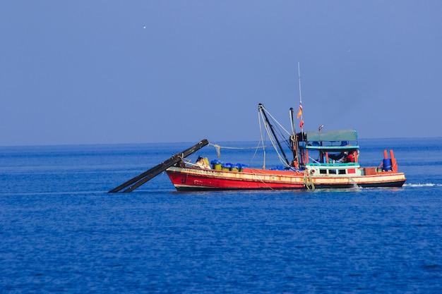 Thailändisches fischerboot in meer, thailändische fischerboote, die nach fischen im meer suchen und ausrüstung für das fangen von fischen haben