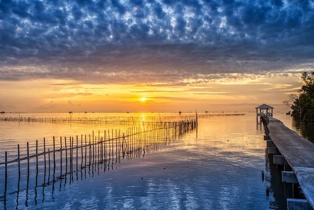 Thailändisches fischerdorf der sonnenaufgangszeit in bangtaboon petchaburi, thailand