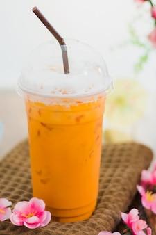 Thailändisches getränk, thailändischer tee der milch auf tabelle