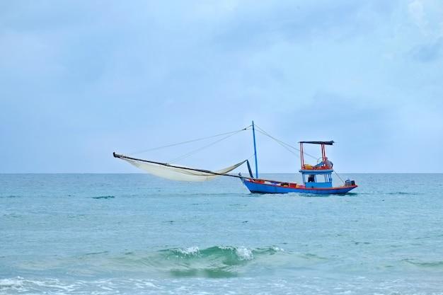 Thailändisches kleines fischerboot im golf von thailand