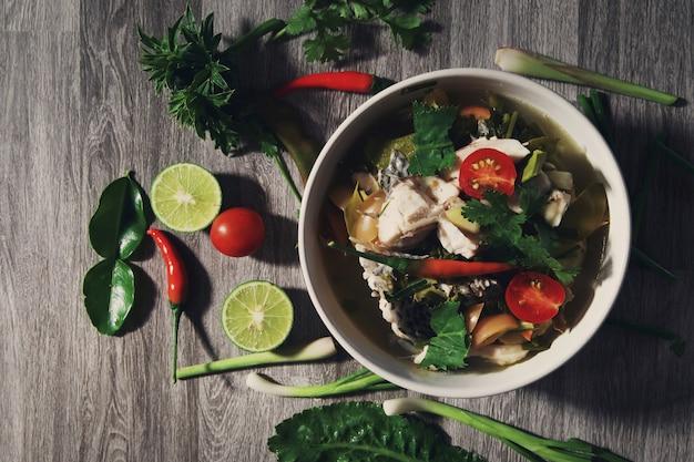 Thailändisches lebensmittel auf tabellenhintergrund
