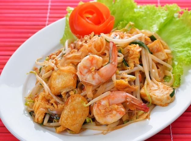 Thailändisches lebensmittel pad thai, stirfischrogennudeln mit garnele