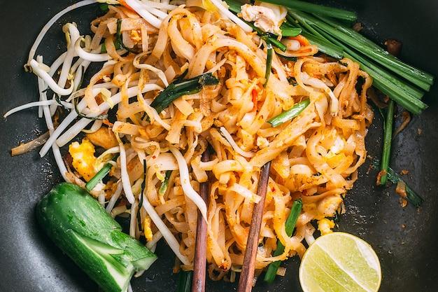 Thailändisches lebensmittel padthai heiß in der wanne