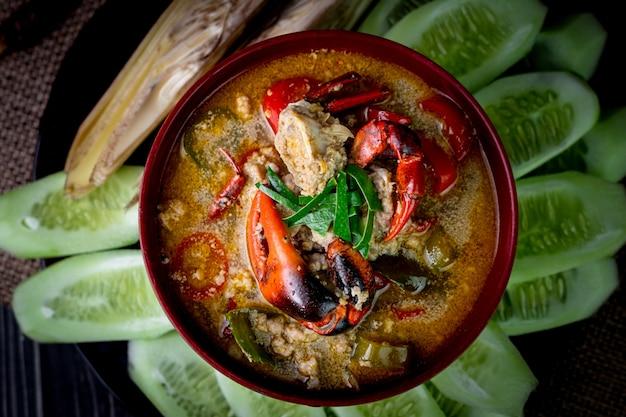 Thailändisches lokales essen namens field crab dipping source serviert mit frischem gemüse
