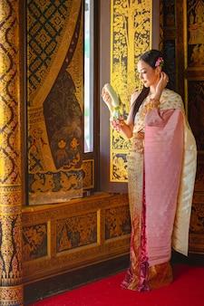 Thailändisches mädchen im traditionellen thailändischen kostüm, identitätskultur von thailand.