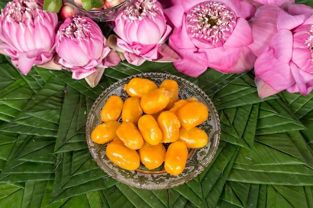 Thailändisches mungobohnen-marzipan und eigelb-nachtisch-rezept (met khanoon). thailändische desserts