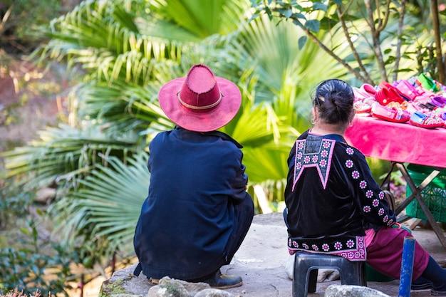 Thailändisches paar, das schuhe in der straße verkauft