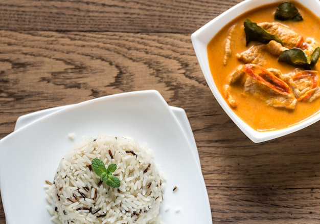 Thailändisches panang-curry mit schüssel mit weißem und wildem reis