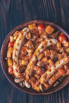Thailändisches rotes curry mit würstchen