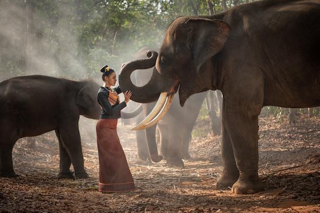 Thailändisches schönes mädchen mit elefanten