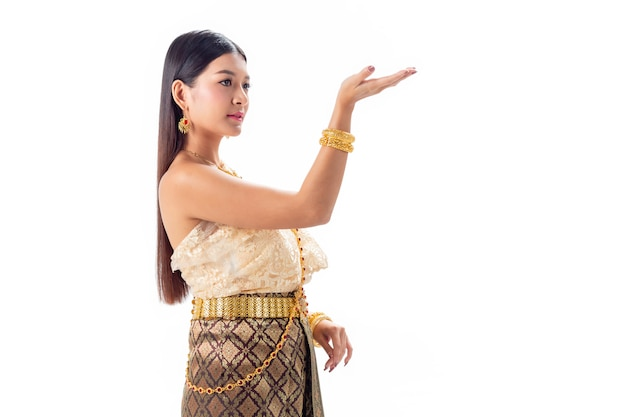 Thailändisches tanzen der schönheit im nationalen traditionellen kostüm von thailand. isotate