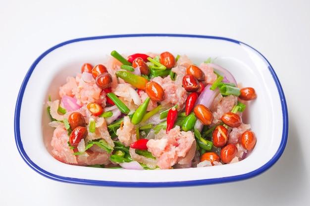 Thailändisches traditionelles lebensmittel fermentierte grundschweinefleisch-, frische rote und grünepaprikas