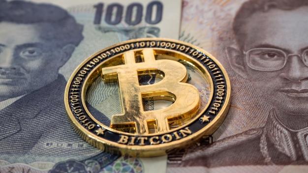Thailändisches und japanisches geld zusammengenommen haben sie eine digitale bitcoin-münze in der mitte.