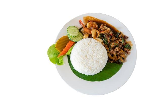 Thailändisches würziges gebratenes see- und fleischbasilikumrezept, pad gaprao